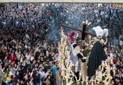 El Santísimo Cristo de la Exaltación por el puente en 2012
